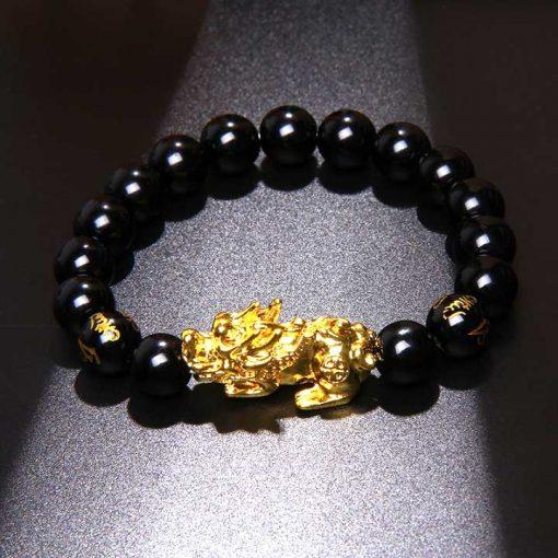 Bracelet bouddhiste avec dragon pixiu en perles obsidienne noire et mantra gravé sur fond noir