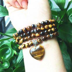 mala chapelet bouddhiste tibétain avec 108 perles en oeil de tigre naturelle force spirituelle sur poignet