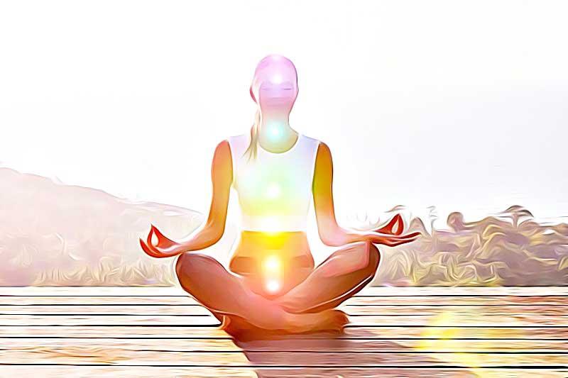 7 chakras lumineux sur femme en position de méditation