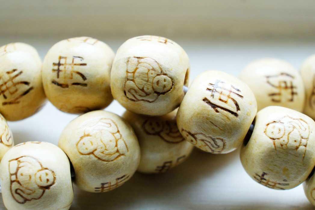 Perles bouddha en bois gravé et inscriptions chinoises