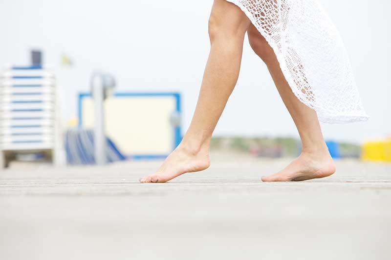 rééquilibrer son chakra racine en marchant pieds nus